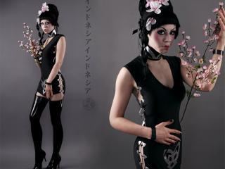 обои Готичная, мрачная гейша в ошейнике с розовой веткой сакуры фото