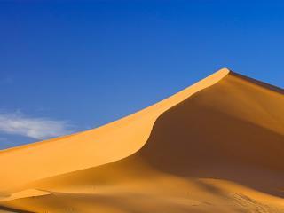 обои Одинокий холм в пустыне фото