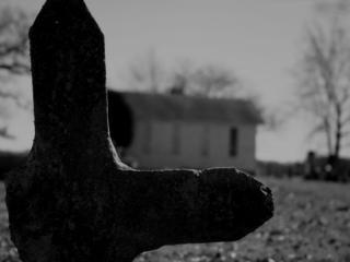 обои Заброшенное кладбище в чёрно-белом фото фото