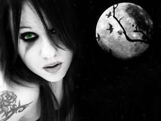 обои Одинокая девушка на фоне полной луны фото