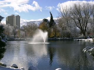 обои Работающий фонтан в зимнем парке фото