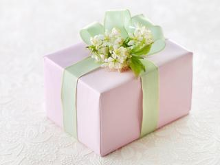 обои Красивый подарок, повязанный зелёной ленточкой фото