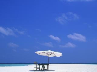 обои Зонтик на пустынном пляже фото