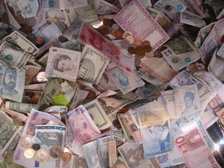 обои Большое количество разных банкнот фото