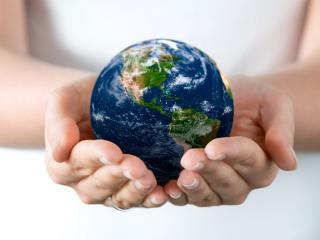обои Весь мир в руках женщины фото