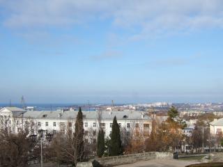 обои Город у моря голубое небо фото
