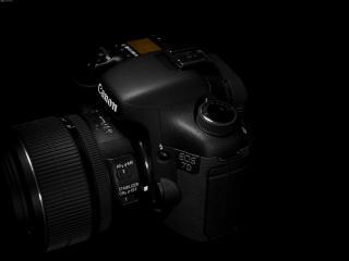 обои Фотоаппарат Canon на черном фоне - вид сверху фото