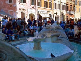 обои Небольшой фонтан и отдыхающые возле него люди фото