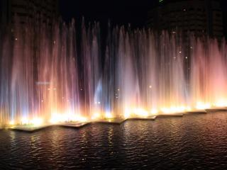 обои Разноцветный фонтан ночью фото