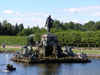 обои Фонтан с каменными скульптурами фото