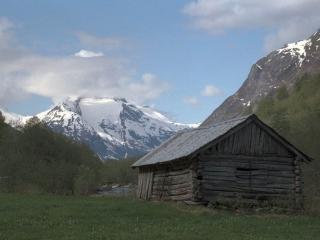 обои Сарайчик у горы фото