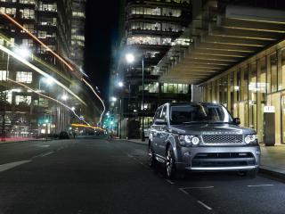 обои Внедорожник Range Rover в ночном дороге фото