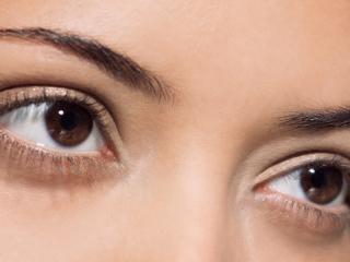 обои Макияж глаз - Нежные тени естественного цвета с блестками фото
