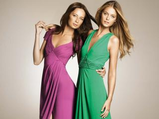 обои Две девушки: одна в зелёном, другая в розовом фото