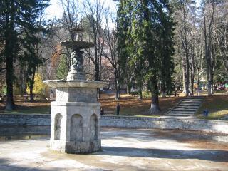 обои Неработающий фонтан в сквере фото