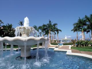 обои Красивые фонтаны под пальмами фото