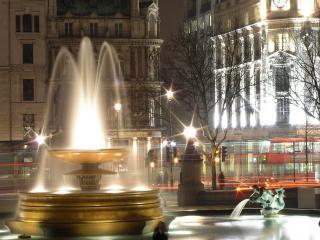 обои Ночной фонтан с подсветкой фото