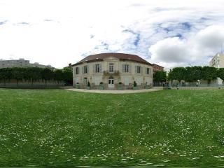 обои Широкая поляна перед маленьким домом фото