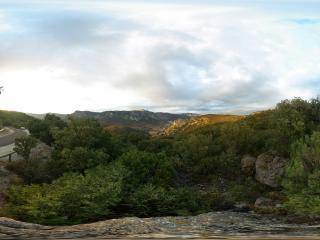 обои Дорога среди гор и лесов фото