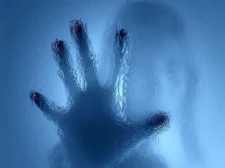 обои Рука девушки за стеклом фото