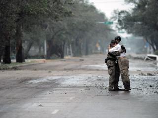 обои Солдат и плачущая женщина на дороге фото