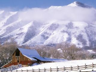 обои Фермерский амбар в снежной поляне фото