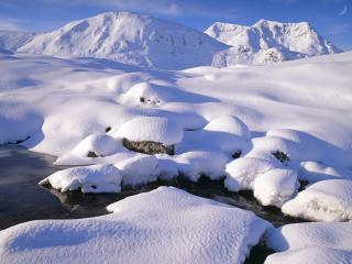 обои Зимний ручей, среди снежных холмов фото