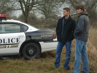 обои Сверхъестественное Дин и Сэм у полицейских фото