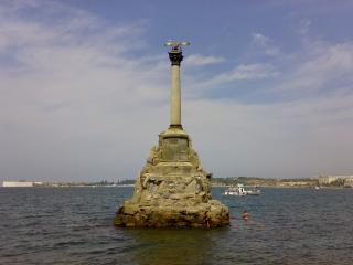 обои Памятник посреди моря фото