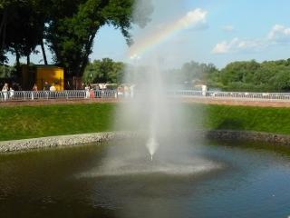 обои Городской фонтан с радугой фото