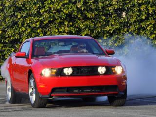 обои для рабочего стола: Ford Mustang GT жжет резину