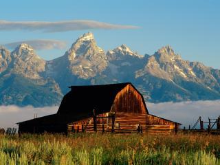 обои Высочайшие горы и домик под ними фото