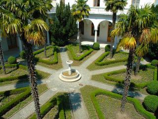 обои Дворец в крыму дворик с пальмами фото