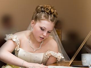 обои Невеста за столиком фото
