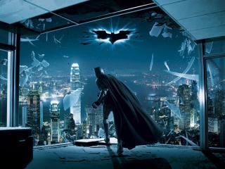обои Бетмен выбивает стекло фото