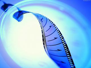 обои Закрученая спиралью Кинолента на фоне оттенков синего фото