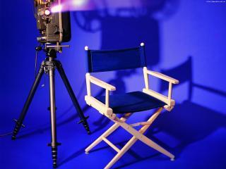 обои для рабочего стола: Стул Режисера и камера на синем фоне