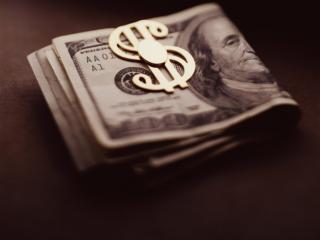 обои Свернутая пачка денег и золотой доллар фото