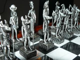 обои Шахматная доска с железными фигурками фото