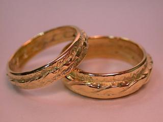 обои Обручальные кольца с интересным узором фото