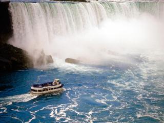 обои Катер плывет к водопаду, Канада фото