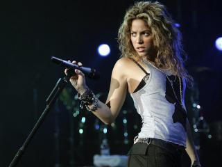 обои Shakira с микрофоном фото