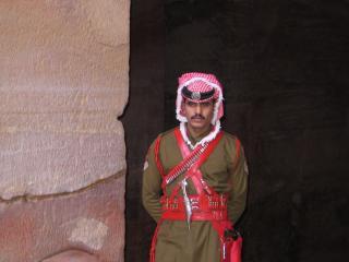 обои Иордания, Петра, Бедуин у входа в Сокровищницу фото