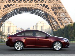 обои Chevrolet Cruze на фоне эйфелевой башни фото