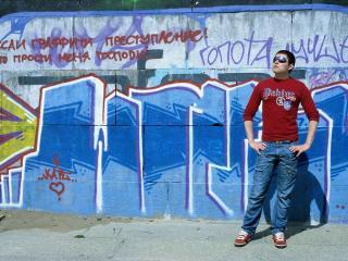 обои человек на фоне исписанной стены фото