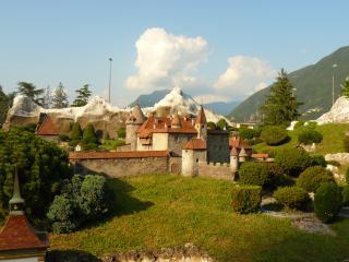 обои для рабочего стола: Швейцария, замок у гор в Лугано