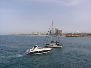 обои для рабочего стола: Яхта в прибрежной полосе