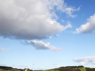 обои Голубое небо над холмами фото