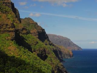 обои Зеленые пороги гор на берегу моря фото