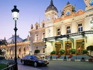 обои Майбах на фоне роскошного отеля фото